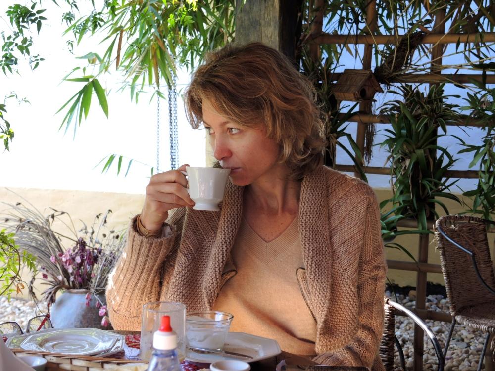 Tomando o café da manha com vista para o jardim