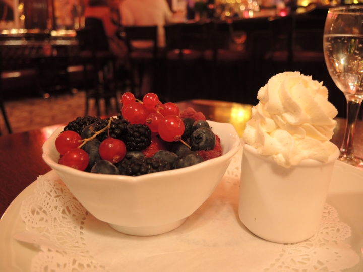 Salade de fruits rouges et chantilly - Closerie des Lilas