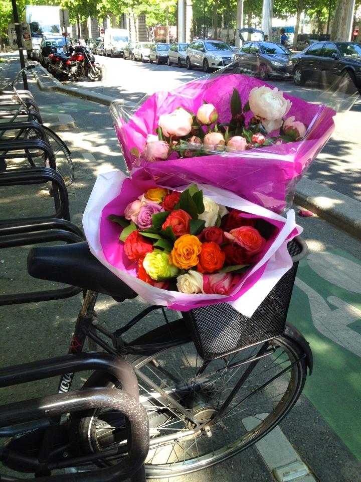 Na feira de rua, comprei flores