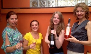 Jessica Picon apresentando o vinho e a equipe gostando!