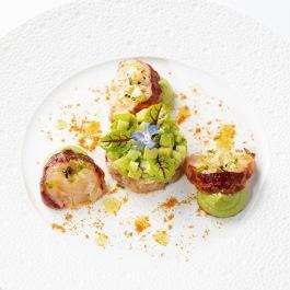 Homard bleu et vert sur une mousse légère de homard, un tartare d'avocat et pomme verte parfumée au citron vert - Guy Savoy