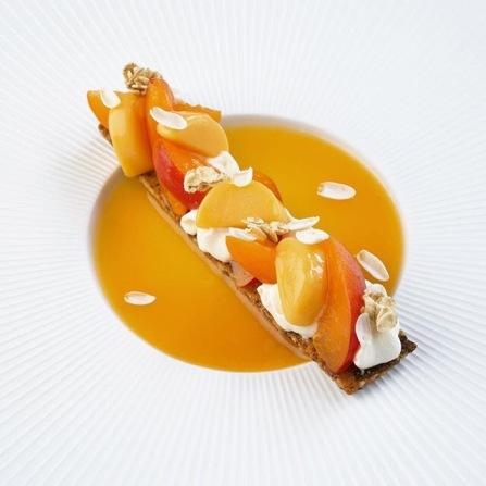 """""""L'abricot jasmin"""", sablé muesli: quartiers d'abricot marinés dans leur jus, disposés sur un sablé à l'avoine, au miel et aux raisins secs. Agrémentés d'une crème montée au thé jasmin et d'un sorbet abricot"""